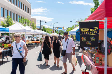 Penticton, British ColumbiaCanada - June 15, 2019: tourists and locals shop for local products at the Penticton Farmers Market, one of the largest markets in the area. 新聞圖片