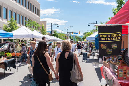 Penticton, British ColumbiaCanada - June 15, 2019: locals and tourists shop for local products at the Penticton Farmers Market, a popular weekly event. 新聞圖片