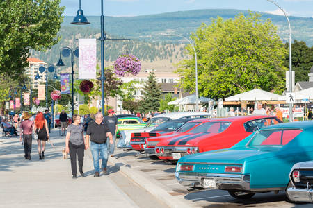 Penticton, British ColumbiaCanada - June 21, 2019: people walk along Lakeshore Drive during the first day of the Peach City Beach Cruise, one of the largest car shows in North America. 新聞圖片