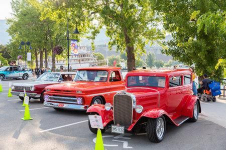 Penticton, British ColumbiaCanada - June 21, 2019: classic cars in downtown Penticton for the Peach City Beach Cruise, a large annual car show. 新聞圖片
