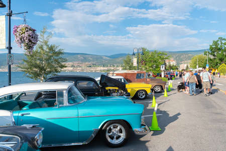 Penticton, British ColumbiaCanada - June 21, 2019: people look at the cars on display for the Peach City Beach Cruise, one of the largest car shows in North America. 新聞圖片