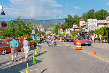 Penticton, British ColumbiaCanada - June 21, 2019: vintage cars and people fill Lakeshore Drive for the Peach City Beach Cruise, a popular annual car show 新聞圖片