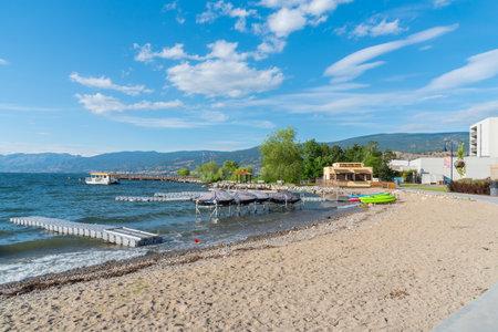 Penticton, British ColumbiaCanada - June 22, 2019: water sport equipment and docks on the beach by the Penticton Lakeside Resort, a popular travel destination on Okanagan Lake. 新聞圖片