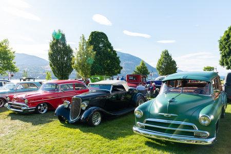 Penticton, British ColumbiaCanada - June 22, 2019: vintage cars on display by Okanagan Lake during the Peach City Beach Cruise, a popular annual car show. 新聞圖片