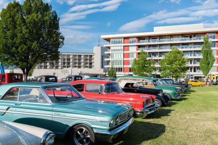 Penticton, British ColumbiaCanada - June 22, 2019: vintage cars on display beside the Penticton Lakeside Resort during the Peach City Beach Cruise, a famous annual car show 新聞圖片