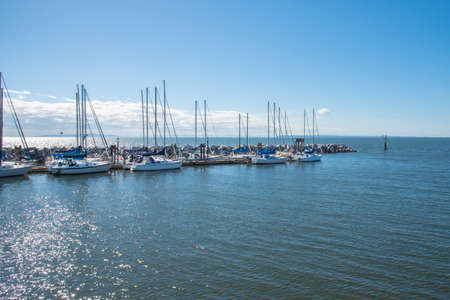 White Rock, British ColumbiaCanada - September 8, 2016: boats docked by the historic White Rock walking pier, a popular tourist attraction 新聞圖片