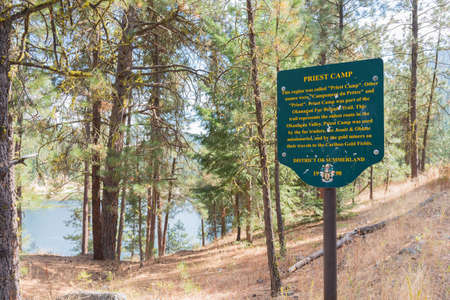 Summerland, British ColumbiaCanada - August 25, 2017: a sign marks the important historic site of Priest Camp on the Okanagan Fur Brigade Trail by Garnet Lake 新聞圖片