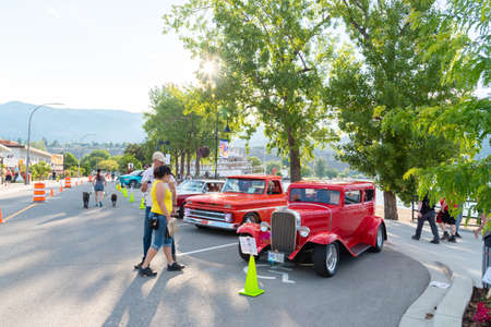 Penticton, British ColumbiaCanada - June 21, 2019: people looking at cars parked on Lakeshore Drive during the first day of the Peach City Beach Cruise, a popular annual car show. 新聞圖片