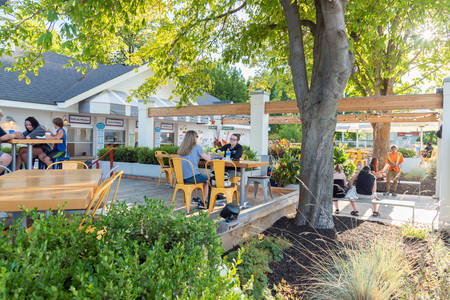 Penticton, British ColumbiaCanada - August 29, 2019: tourist and locals enjoy evening meal at Patio Burger, a popular summer restaurant by Okanagan Lake 新聞圖片