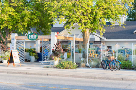 Penticton, British ColumbiaCanada - August 29, 2019: street view of Patio Burger and Ice Cream Co. on Lakeshore Drive, a popular summer restaurant for tourists and locals. 新聞圖片