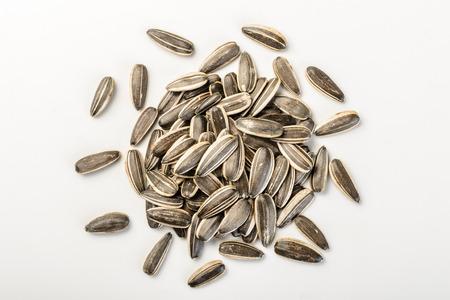 semillas de girasol: semillas de girasol al horno en el fondo blanco Foto de archivo