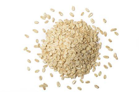 cereal: harina de avena en el fondo blanco