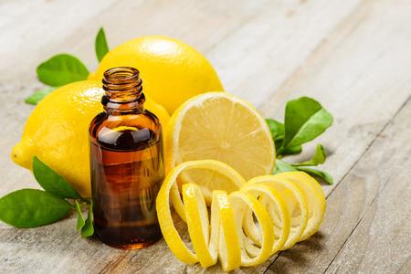 나무 보드에 레몬 에센셜 오일과 레몬 과일