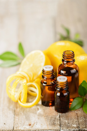 lemon essential oil and lemon fruit on the wooden board Banque d'images