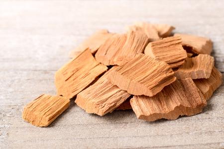 テーブルの上の白檀の木ブロック
