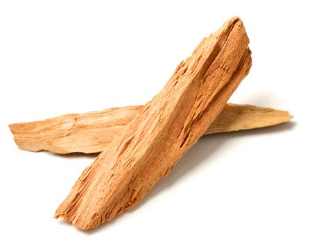 close-up van sandelhout isolatd op de witte achtergrond