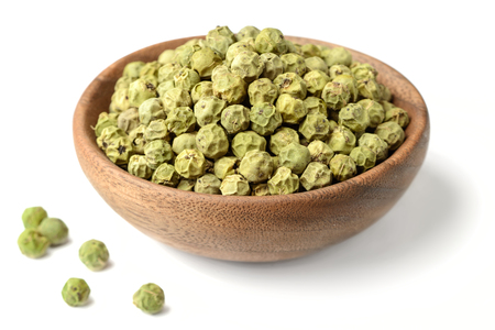dried green peppercorns isolated on white Foto de archivo