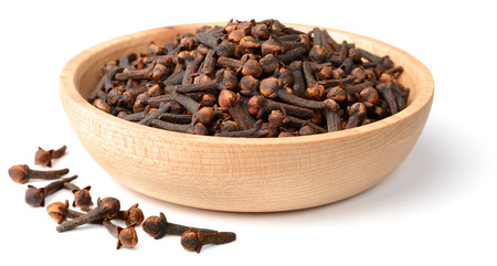 dried cloves in the wooden plate, isolated on white Standard-Bild