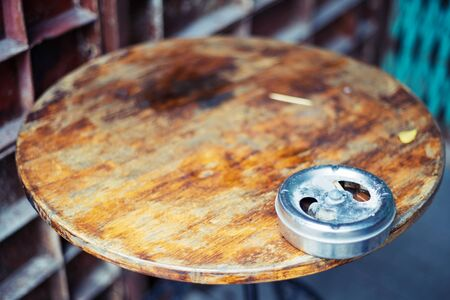 ashtray with an one cigarettes after a smoking on Old wooden table 스톡 콘텐츠
