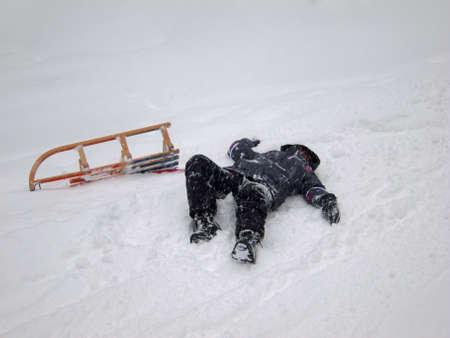 Fille tombé de son traîneau tout en luge à Imberger Horn dans les Alpes allemandes Banque d'images