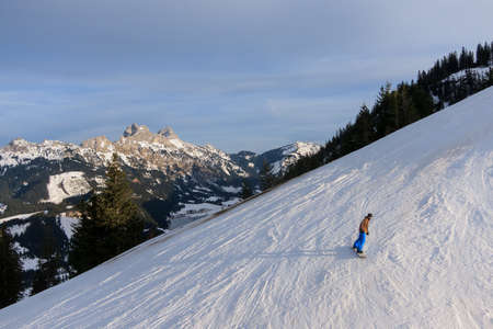tal: Unidentifiable Snowboarder on the slopes of Neunerkoepfle in the Austrian Tannheim Valley