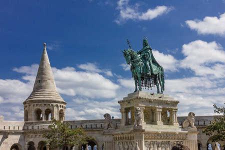 gloriole: Estatua ecuestre de Esteban I de Hungr�a en el Pescador Foto de archivo