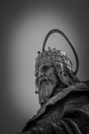 gloriole: Detalle de una estatua de Esteban I de Hungr�a en el Pescador Editorial