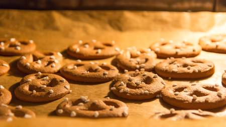 bickie: Pretzel shaped gingerbread Christmas cookies baking in the oven