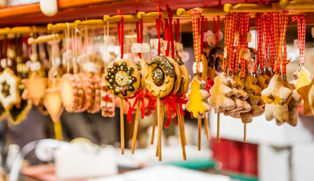 Gingerbread Christmas Ornaments at the Christmas Market in Colmar, France Stockfoto