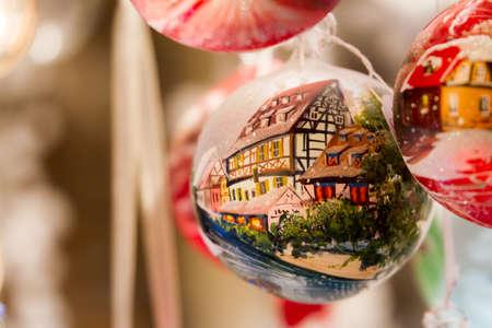Ornamento di Natale con la tradizionale casa a schiera in legno tedesco Archivio Fotografico - 31529037