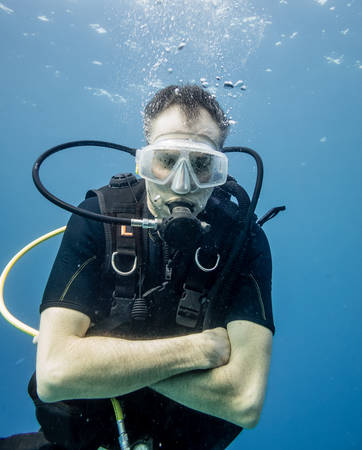 goose flesh: Scuba divers feels chilly, because he is only wearing a shorty