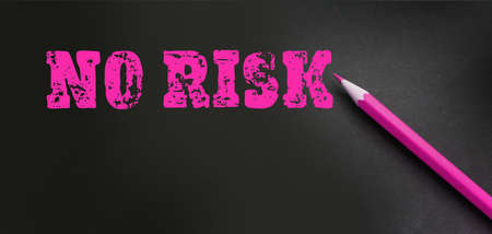 message No risk is written on black with magenta pencil. Business investment concept. Healthcare concept. Banque d'images