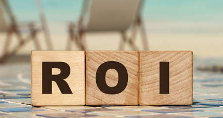 ROI letters on wooden cubes Return on Investment business concept. performance measure of business or investment efficiency Archivio Fotografico