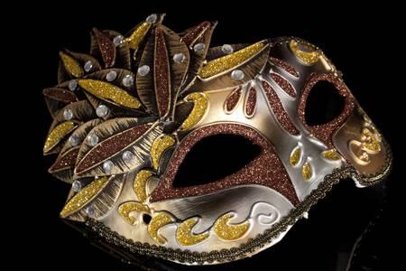 masque de venise: Beige masque de carnaval avec des plumes sur un fond noir