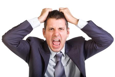 Jonge blanke man in een suite, schreeuwen en trekken zijn haar, geïsoleerd op wit Stockfoto