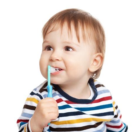Adorable een jaar oud kind leren om tanden te poetsen, geïsoleerd op wit