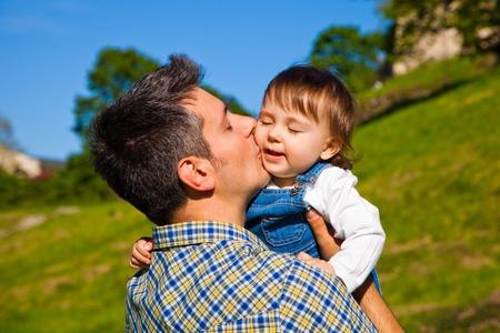 幸せな若い男押し 16 ヶ月古い子供のキス