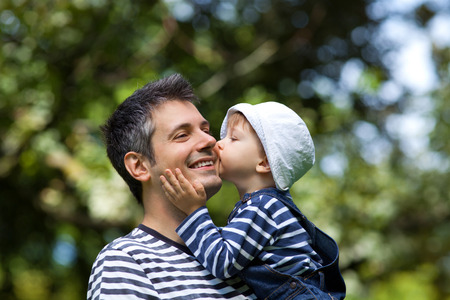 Immagine di un bambino che bacia un padre su una guancia, profondità di campo Archivio Fotografico - 38168305
