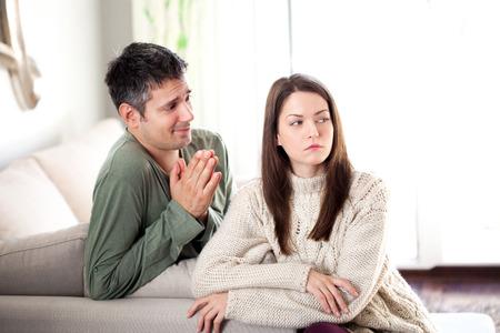 Afbeelding van de jonge man bedelen zijn vriendin hem te vergeven