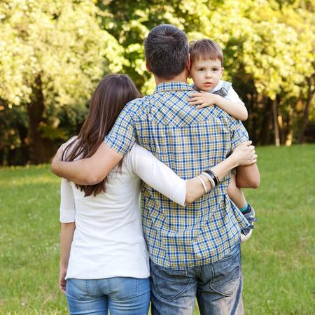 Afbeelding van jonge familie die een stro in de natuur neemt Stockfoto