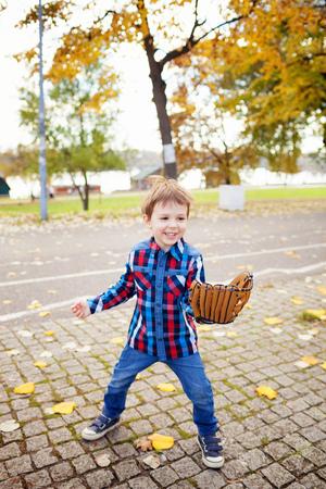 Child playing baseball outdoors 免版税图像