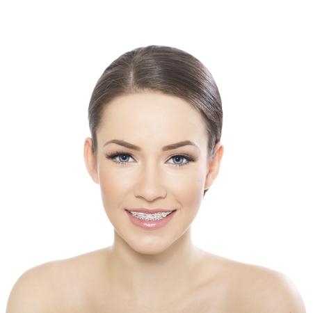 Portret van mooie jonge vrouw, gekleed in bretels, geïsoleerd op wit Stockfoto