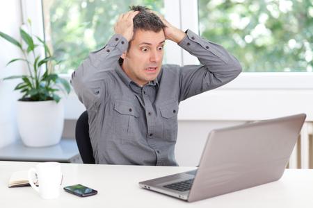 Młody mężczyzna kłopoty z laptopem