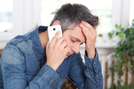 남자는 전화에 나쁜 뉴스를 지 스톡 콘텐츠