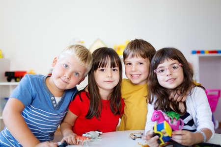 귀여운 아이들은 유치원에서 포즈를 취하는