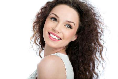 Schoonheidsportret van jonge vrouw op witte achtergrond