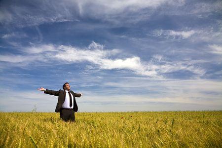 manos levantadas al cielo: hombre de negocios con los brazos abiertos en el �mbito rural