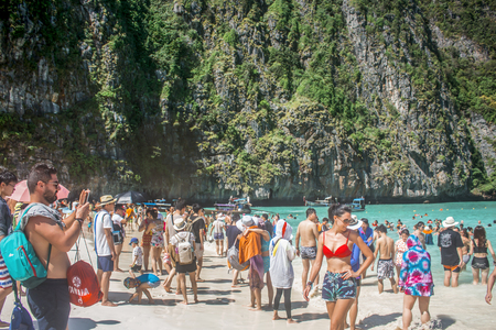 Krabi, Thailand - January 2018: Overcrowded Maya Bay beach, closed indefinitely after environmental damage from tourists 版權商用圖片 - 117479982