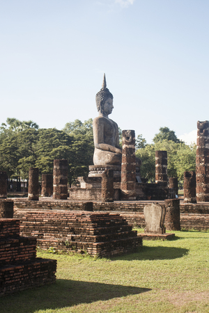 Ancient Buddha statue in Wat Sa-Si temple during sunny day. In Sukhothai, Thailand. Imagens