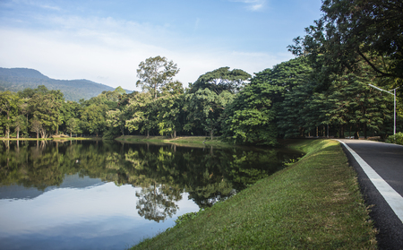 Amazing view of the Ang Kaew Reservoir lake, surrounded by trees and mountain in the background. Chiang Mai, Thailand. Stockfoto